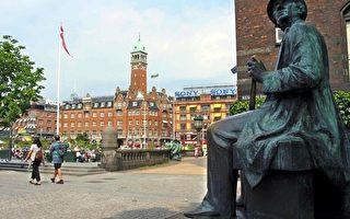 2002年7月30日,丹麦童话作家汉斯•克里斯蒂安•安徒生(Hans Christian Andersen)雕像在哥本哈根的照片。安徒生是丹麦最著名的作家之一。(法新社)