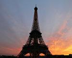 """法国在2012年起会在埃菲尔铁塔上种植60万棵植物,令铁塔变成一棵超级巨树,借此令铁塔成为""""巴黎之肺""""。(图片来源:THOMAS COEX/AFP/Getty Images)"""