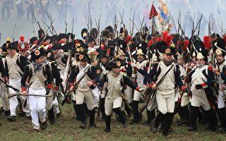 约900名军事史爱好者3日在捷克东部地区摩拉维亚(Moravia)布尔诺市(Brno)郊外的特瓦洛泽纳村(Tvarozna),参加一场重现1805年奥斯特利茨战役(the battle of Austerlitz)的活动。(AFP)
