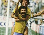 巴西前足球明星苏格拉底(Socrates)(前),图摄于1986年。(Staff: Bongarts / Getty Images)