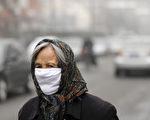 美国驻中国大使馆星期日发布的北京空气质量达到危险的程度,而北京环保局同日公布的数据则称北京空气质量属于轻度污染。民众出门都戴着口罩。(STF: LIU JIN / AFP ImageForum)