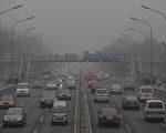 近日中国各地持续雾霾,空气品质不佳,使PM2.5(细悬浮微粒)成为近日的热门词。(STF: MARK RALSTON / AFP ImageForum)