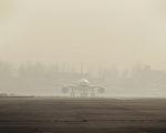 美国驻中国大使馆星期日发布的北京空气品质达到危险的程度,而北京环保局同日公布的数据则称北京空气质量属于轻度污染。(STR: STR / AFP ImageForum)