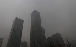 中国华北大雾天气持续发威,北京也是大雾深锁,街头灰濛濛的一片。(ChinaFotoPress/Getty Images)