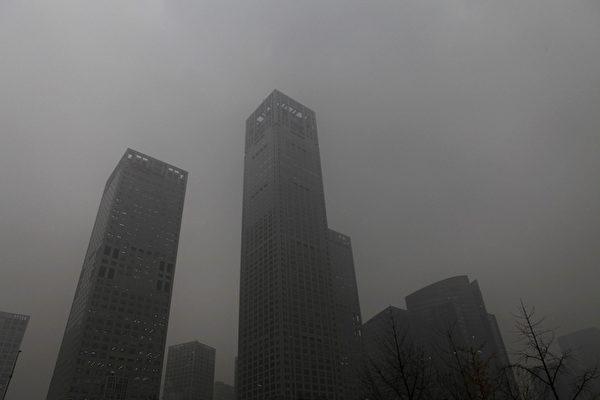 華北大霧加威 外媒熱議「霧鎖北京」