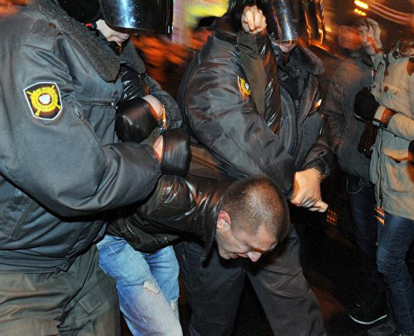 克里姆林宫在莫斯科的主要街道部署了数千名军人和许多军用卡车,仍有1,000余名示威者6日连续第二天聚集在莫斯科街头,抗议议会选举舞弊。(OLGA MALTSEVA / AFP ImageForum)