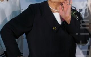 """高龄90岁的中山女中校友会理事长郭林碧莲,穿着1922年代的校服,为""""百年教育风华展""""走秀拉开序幕,健谈的她摆出俏皮姿势拍照,她认为,虽然思想自由开放,但依旧强调传统妇女的美德,并分享""""处世三气"""",才是真正的智勇双全。(摄影:江禹婵  / 大纪元)"""