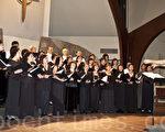 林秋美从事美声教育30余年,桃李芬芳。图为她在今年11月在圣地亚哥举行的美声音乐会上,指挥华圣合唱团和部分学生的合唱。(摄影: 杨婕 / 大纪元)