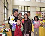 何校长与小朋友在展览厅内玩布袋戏偶。(摄影:李撷璎/大纪元)