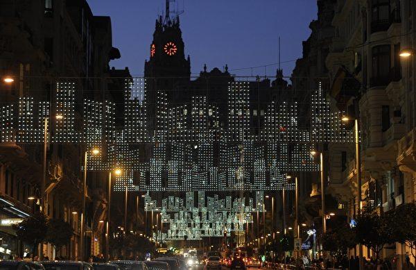 西班牙马德里的街道上布满了圣诞灯饰装饰(STF, STR: DOMINIQUE FAGET / AFP ImageForum)