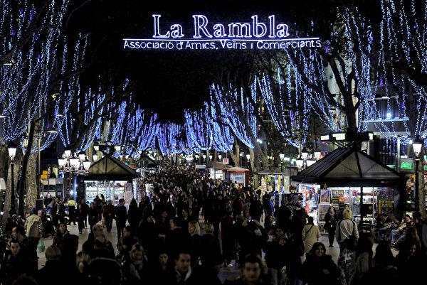 西班牙巴塞隆纳的街道上布满了色彩缤纷的灯饰。(STR: JOSEP LAGO / AFP ImageForum)