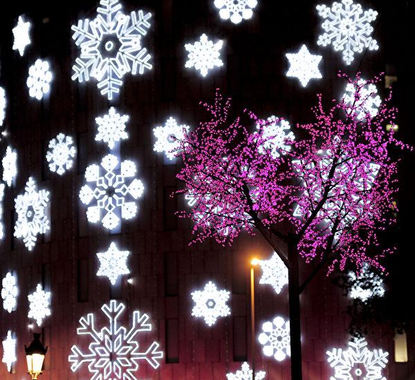 西班牙巴塞隆纳的建筑物上布满了圣诞灯饰装饰。(STR: JOSEP LAGO / AFP ImageForum)