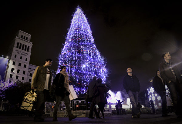 巴塞隆纳加泰罗尼亚广场的圣诞树。(STR: JOSEP LAGO / AFP ImageForum)