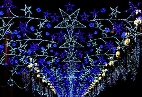 西班牙塞维利亚的街道上都挂满灯霓虹灯。(STR: CRISTINA QUICLER / AFP ImageForum)