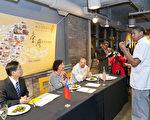 驻芝加哥办事处12日晚(当地时间)在芝城肯达尔餐饮学院举办台湾美食比赛,现场气氛热烈。图为参赛者(右)正在向评审解说烹调作品。(驻芝加哥办事处提供)〈中央社〉