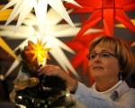 节日装饰,从门厅装饰、挂彩灯到树枝修剪不须要再亲自动手,专门的节日装饰公司可代劳。(图片来源:NORBERT MILLAUER/AFP/Getty Images)