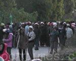 12月11日凌晨四点半左右,一千多名警察再次偷袭陆丰乌坎村,五千多村民拿起棍棒、农具把守村口,与警察对峙。(村民提供)