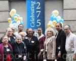 表维医院执行主任Lynda D. Curtis(右五)和部分顾问委员会成员及医务人员合影。 (摄影﹕杜国辉/ 大纪元)