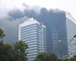 2011年12月15日,越南河內市電力集團(EVN)興建中的電信中心慘遭火噬,至少有6人燒成重傷。(AFP PHOTO/STR)