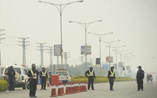 圖為在通往烏坎村的路上設置路障的警察。(PETER PARKS/AFP/Getty Images)