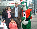 图:来自西费城的Yanxve Wei和女儿Karen与Health Partners 总裁兼首席执行官Bill George和吉祥物Santa Roo合影。(Health Partners提供图片)