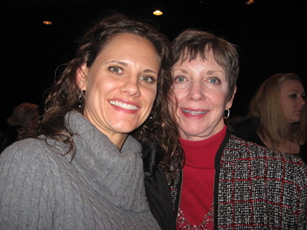 古典歌唱家珍尼弗‧卡巴路(Jennifer Ciobanu) 女士(左)。(攝影:李辰/大紀元)
