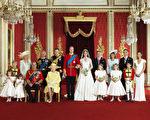 资料图片:威廉王子和凯特大婚时,与双方家人合影。画面左边为威廉王子的亲人,右边为凯特的家人。(Hugo Burnand/Clarence House - WPA Pool/Getty Images)
