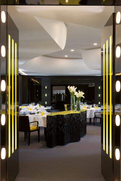 """餐厅里,表面看似简单的设计,其实许许多多细节都是精心设计和用意安排的,顶棚、墙壁、灯饰、椅子、窗帘……到处都用""""3""""作配合。(翁理胡提供)"""