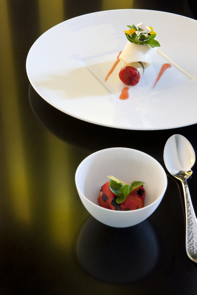 名厨手艺,连用餐银造餐具,如图里小调羹的把柄,是经过手工细敲出来的凹凸纹,摸上去手感非常细腻。(翁理胡提供)