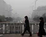 世卫组织不久前对全球1081个城市的空气悬浮微粒进行了排名,中国有18个城市排在1千名以后,其中北京排在第1035位。图为穿过二环路的行人。(Staff: MARK RALSTON / 2011 AFP)