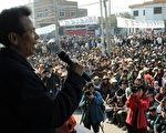 中国陆丰乌坎村争取民主维权事件,暂时与当局达成和解,不过外界在关注的是中共什么时候或者是用什么方面秋后算账。图为,21日乌坎村村民在召开村民大会。(MARK RALSTON/AFP/Getty Images)