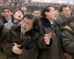 金正日死了,世界各大报纸上都出现了一幅让人哭笑不得的照片。(AFP ImageForum)