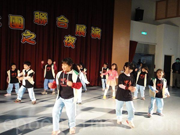 长庚国小的社团联合展演活动,街舞的奔放演出。(摄影: 杨美琴 / 大纪元)
