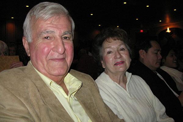 退休芭蕾舞演员伊莲•科比特(Elaine Corbitt)与丈夫山姆(Sam)30日欣赏了神 韵艺术团在麻州第二大城渥斯特(Worcester)的演出。(摄影:毕儒宗/大纪元)