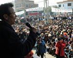 """12月30日,广东省乌坎事件工作小组宣布将于明年重新选举村委,并已拟定了候选人名单。村民认为,候选人大多是贪腐老书记培养的党员,担心逐步瓦解民主选举的村民临时代表理事会。图为,12月21日,乌坎村接受与当局""""和解""""后,召开村民大会。(MARK RALSTON/AFP/Getty Images)"""