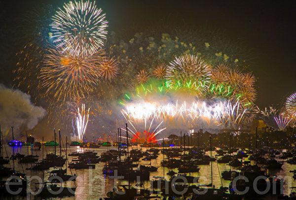 澳洲悉尼新年除夕烟火庆典率先全球迈入2012年。(摄影:伊罗逊/大纪元)