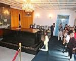 23日是开放参观的最后一天,民众在故总统蒋介石的灵前行礼致敬。//中央社