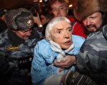 俄罗斯异议人士艾勒席娃(中)31日在莫斯科参加一项反对派示威抗议时被镇暴警察逮捕。(法新社)