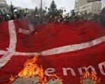 威斯塔高5年前画了穆罕默德头戴炸弹形头巾等漫画,至今一直是极端分子袭击目标。他的漫画令丹麦陷于国际危机中,他本人也受死亡威胁。图为2008年2月18日,巴基斯坦人在加沙的抗议集会上焚烧丹麦国旗。(MOHAMMED ABED/AFP/Getty Images)