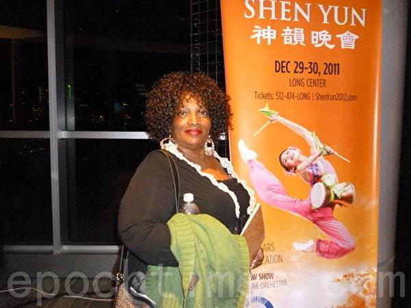 前美國國稅局官員Patricia  Stillwell女士認為神韻節目中對中國傳統文化的展現非常完美。(攝影:易永琦/大紀元)