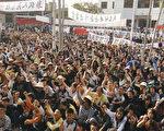 12月11日,广东乌坎村五千多村民拿起棍棒、农具把守村口,与一千名欲夺回乌坎村控制权的警察对峙。(AFP)