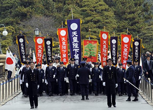 2012年1月2日,大批民眾聚集在皇宮前等候進入(AFP PHOTO / TOSHIFUMI KITAMURA)