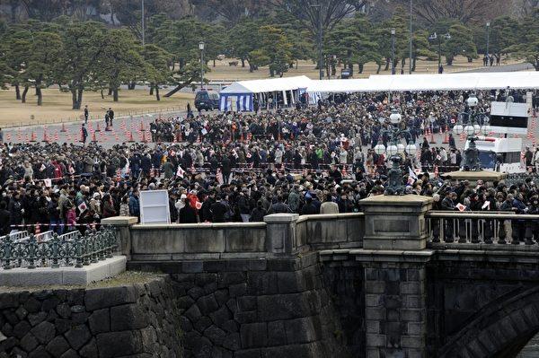 2012年1月2日,大批民眾聚集在皇宮前等候進入皇宮。(AFP PHOTO / TOSHIFUMI KITAMURA)