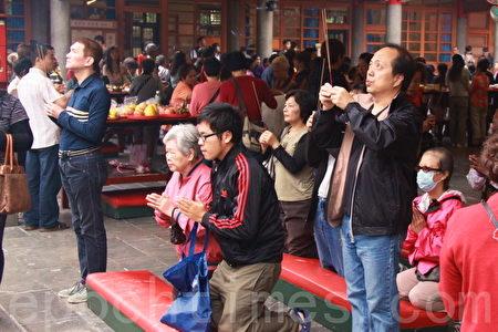 """2012年元旦,也是黄历十二月初八(俗称""""腊八节""""),""""腊八""""原意是祭祀祖先和神灵,祈求丰收、吉祥和避邪。图为台湾台北行天宫。(摄影: 林伯东 / 大纪元)"""