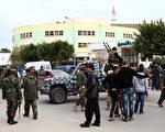 2012年1月3日,利比亚首都黎波里的情报大楼附近爆发武装派系之间的冲突,造成9人死伤。(MAHMUD TURKIA / AFP)