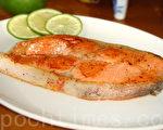 淡淡咸香的干煎鲑鱼带点微酸滋味!(摄影: 林秀霞 / 大纪元)