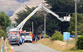 2012年1月7日,新西兰北岛卡特顿镇发生一个热气球在空中碰到电线杆并起火燃烧,造成11人丧生。图为消防梯在事故现场进行紧急处理。(Marty Melville / Getty Images)