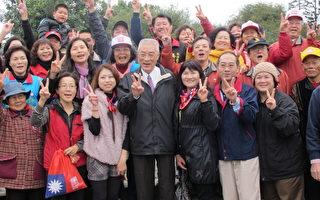 吴敦义参访崙背乡已经动土的诏安客家文物馆,受到当地民众热烈欢迎。(摄影:廖素贞/大纪元)