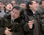 12月28日,朝鲜举行金正日送别仪式,向全球播放仪式场面,数十万人冒雪在平壤夹道送别金正日,哀恸哭声震天,仿佛要哭崩平壤。(AFP)