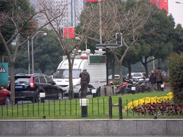 警車旁邊打電話的男子是跟隨馮正虎的國保警察 (知情者提供)